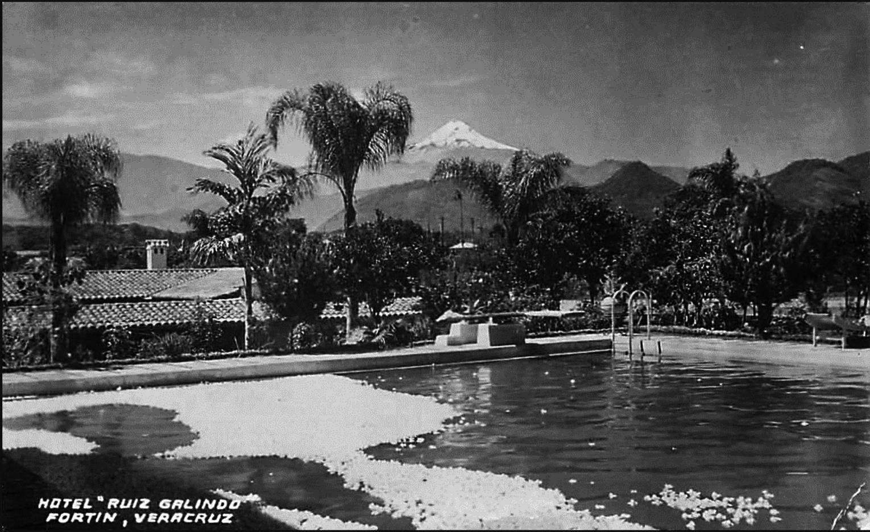 Postal de 1948. Se observa la piscina del Hotel Ruiz Galindo con las flores de gardenia