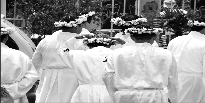 """Barones"""" de la comunidad de Zapoapan en las festividades de la Semana Mayor en 2016 portando la tradicional corona de gardenias"""